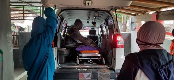 Berhubung ambulans puskesmas sedang fully booked, maka keluarga saya mencari ambulans yang dapat mengangkut ayah. Alhamdulillah berhasil dapat.