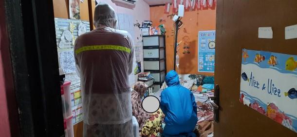 Salah seorang anggota Satgas PKS Jakasampurna (Bu Ria) bahkan datang malam-malam untuk membantu memperbaiki infusan ayah yang lepas.